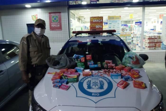 Guardas municipais apresentam material roubado em farmácia