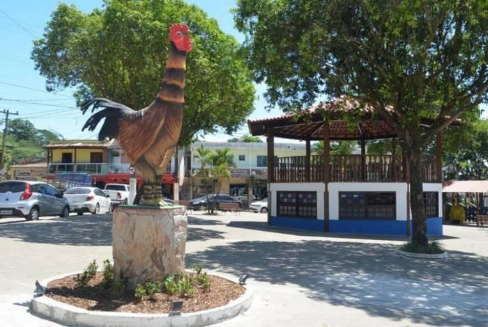 A escultura do Galo incentiva fotos no local