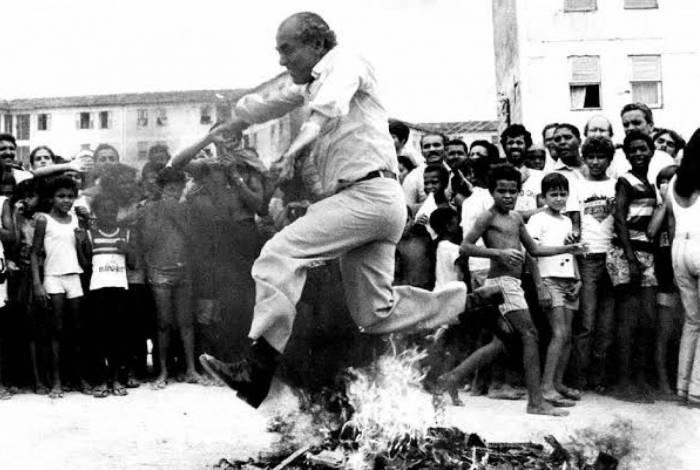 Brizola pulando fogueira feita de armas de brinquedo, em Irajá