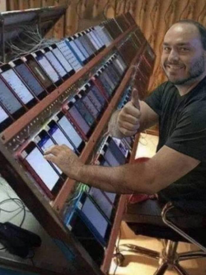 A foto de Carlos Bolsonaro na frente de vários celulares é, na verdade, uma montagem