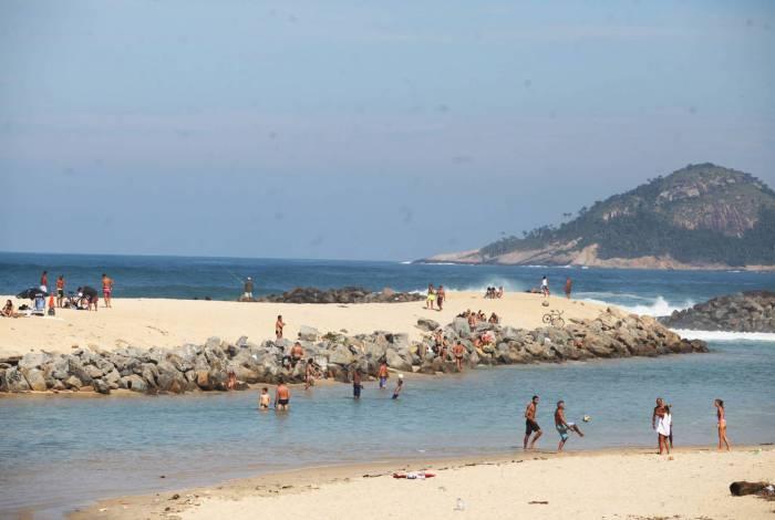 Na Praia da Macumba, banhistas têm desrespeitado a quarentena