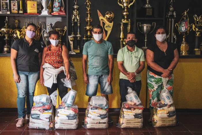 Os trabalhadores que receberam a cesta atuam nas partidas do Voltaço no Raulino de Oliveira