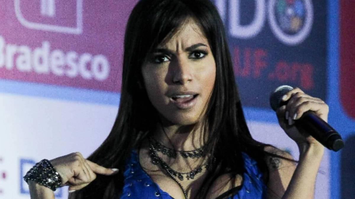 A cantora posando em foto para divulgar seu primeiro sucesso em 2010 'Eu vou Ficar'