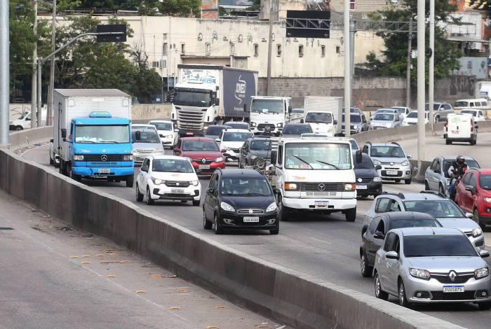 Rio,05/06/2020 -COVID-19 -CORONAVIRUS,CAJU, Avenida Brasil, transito lento proximo a Linha Vermelha. Na foto, transito na Avenida Brasil.Foto: Cleber Mendes/Agência O Dia