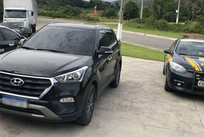 PRF prende homem  com carro roubado e drogas em Rio Bonito