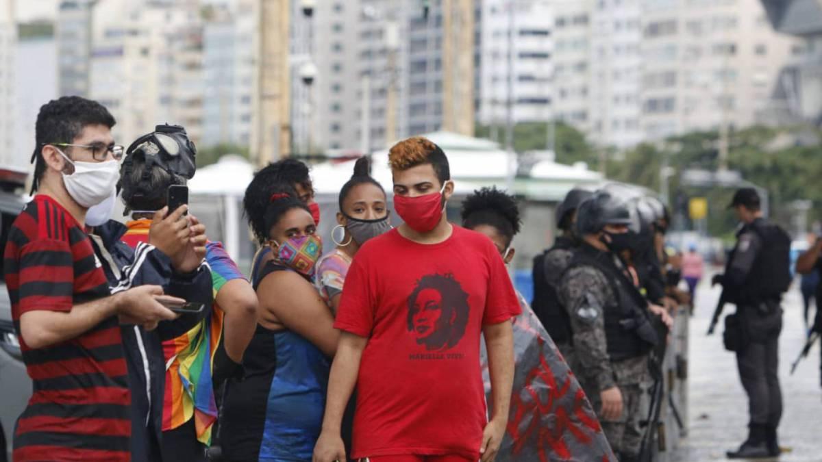 Grupo de manifestantes opositores ao governo Bolsonaro se concentra na Praia de Copacabana, Zona Sul do Rio