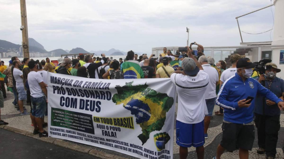 Manifestações pró-governo na orla de Copacabana, na Zona Sul do Rio