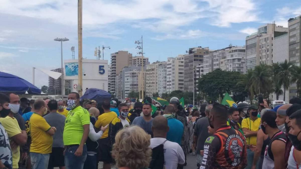 Apoiadores do presidente Bolsonaro se reúnem na orla de Copacabana, Zona Sul do Rio