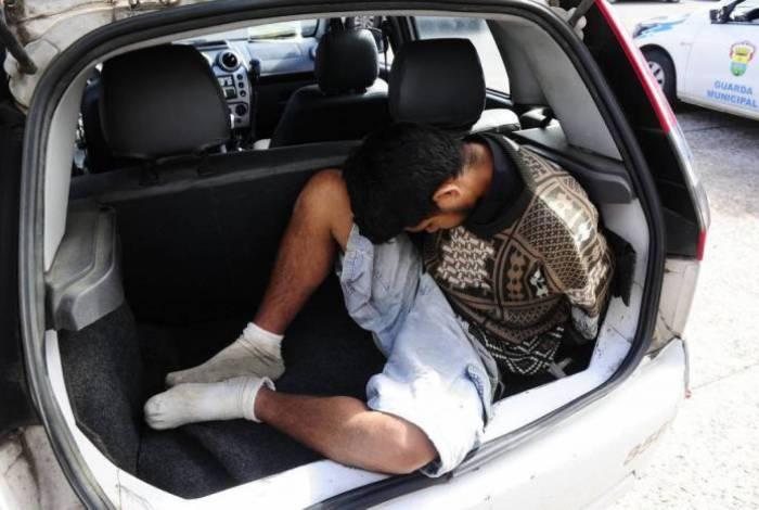 O homem foi encaminhado para a 105ª Delegacia de Polícia, no bairro Retiro, onde ficou preso