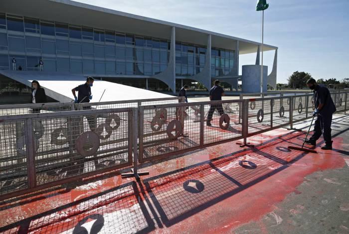 A rampa do Palácio do Planalto foi manchada de tinta vermelha, jogada em sinal de protesto
