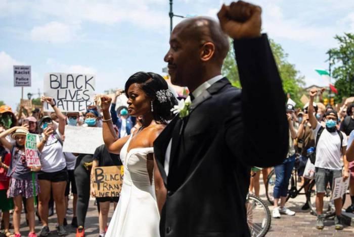 Recém-casados participam de protesto antirracista na Filadélfia, Estados Unidos