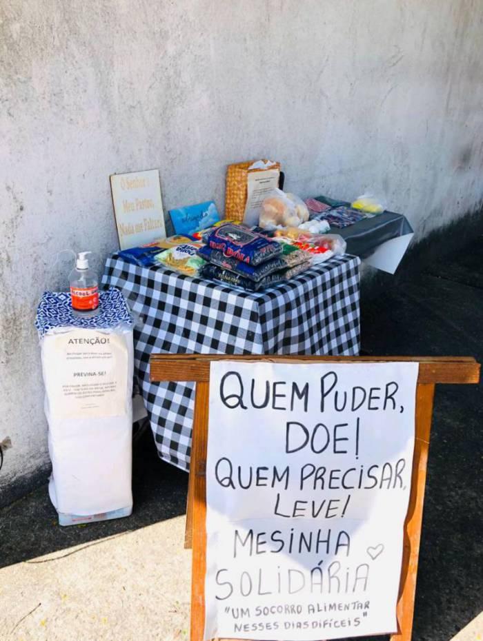 Mesa solidária no centro para socorrer quem tem fome: itaguaienses ajudam