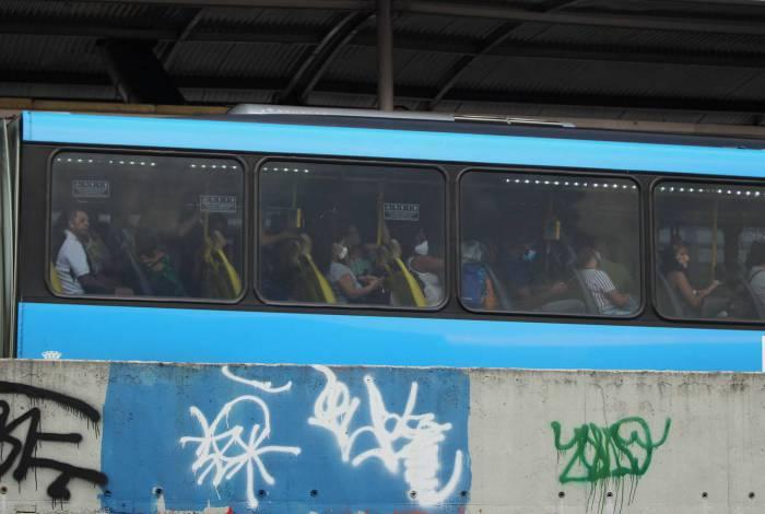 CORONAVIRUS -  Situação nos transportes e distanciamento social nas ruas hoje. Na foto, a estação de onibus BRT em Madureira.               Estefan Radovicz / Agencia O Dia             CORONAVIRUS,CIDADE,RIO,PANDEMIA,AGROMERACAO