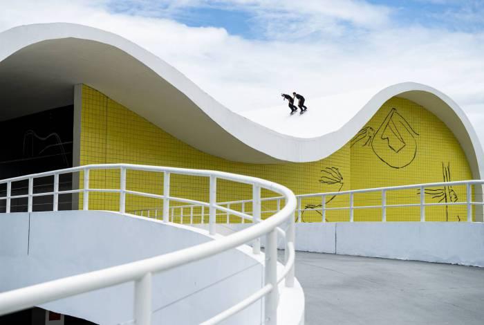 Pela primeira vez na história, skatistas exploram obras de Niemeyer em cima do skate