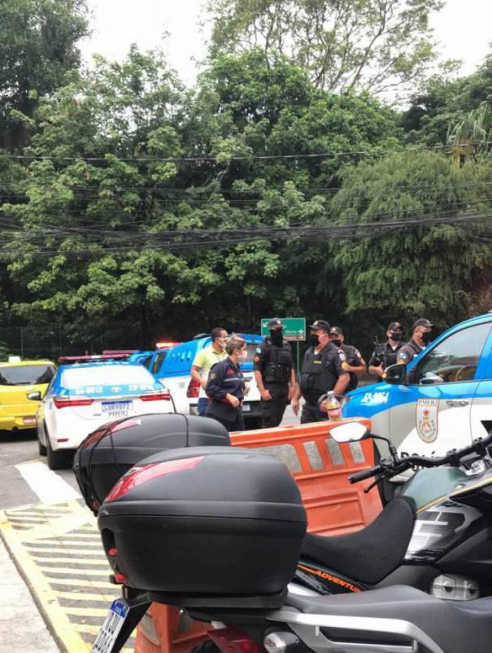 Policiais na porta da sede da Globo