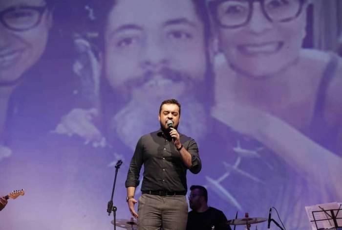 Vice-governador Cláudio Castro tem uma longa trajetória como cantor católico
