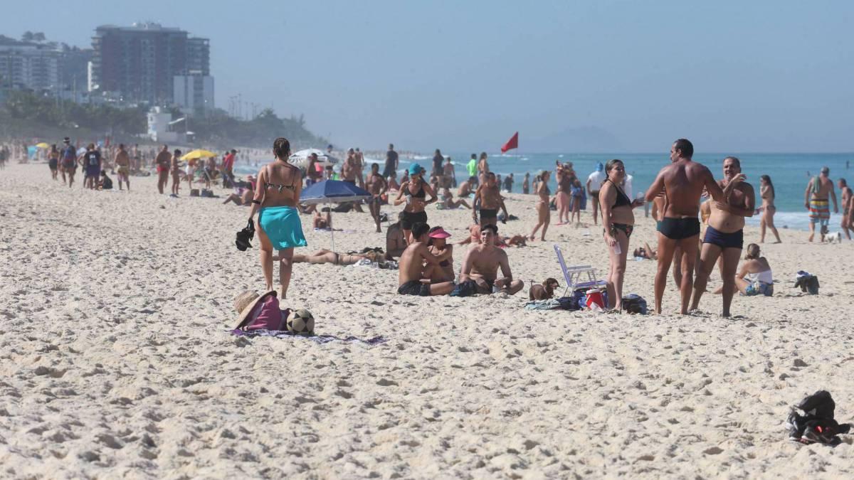 Praia com muitas aglomerações