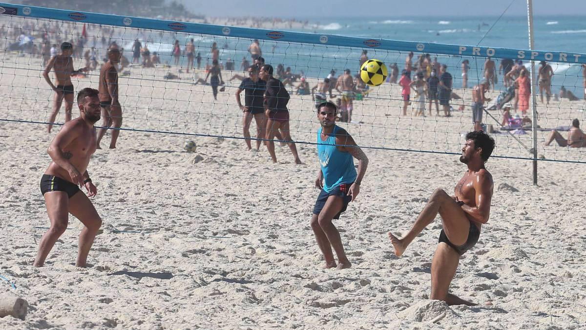Rio,13/06/2020 -COVID-19 -CORONAVIRUS, BARRA DA TIJUCA, praia da Barra. Na foto, praia lotada.Foto: Cleber Mendes/Agência O Dia
