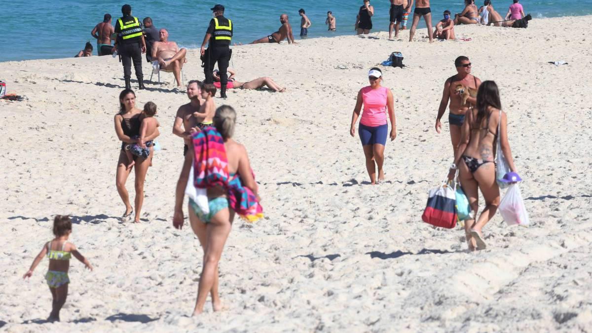 Foi possível encontrar até crianças na aglomeração da praia