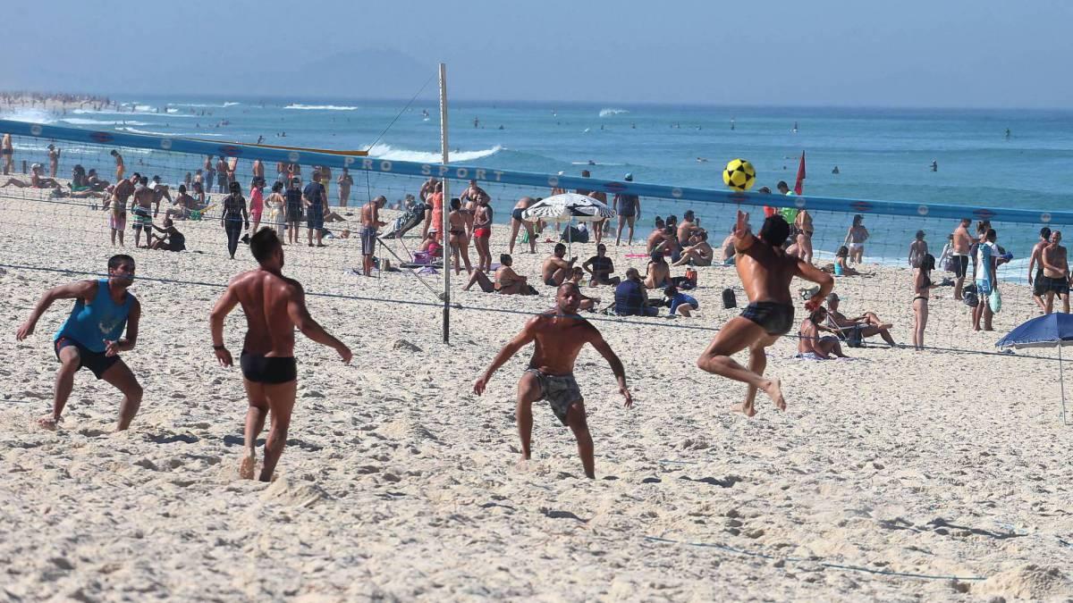 Banhistas jogando vôlei na praia