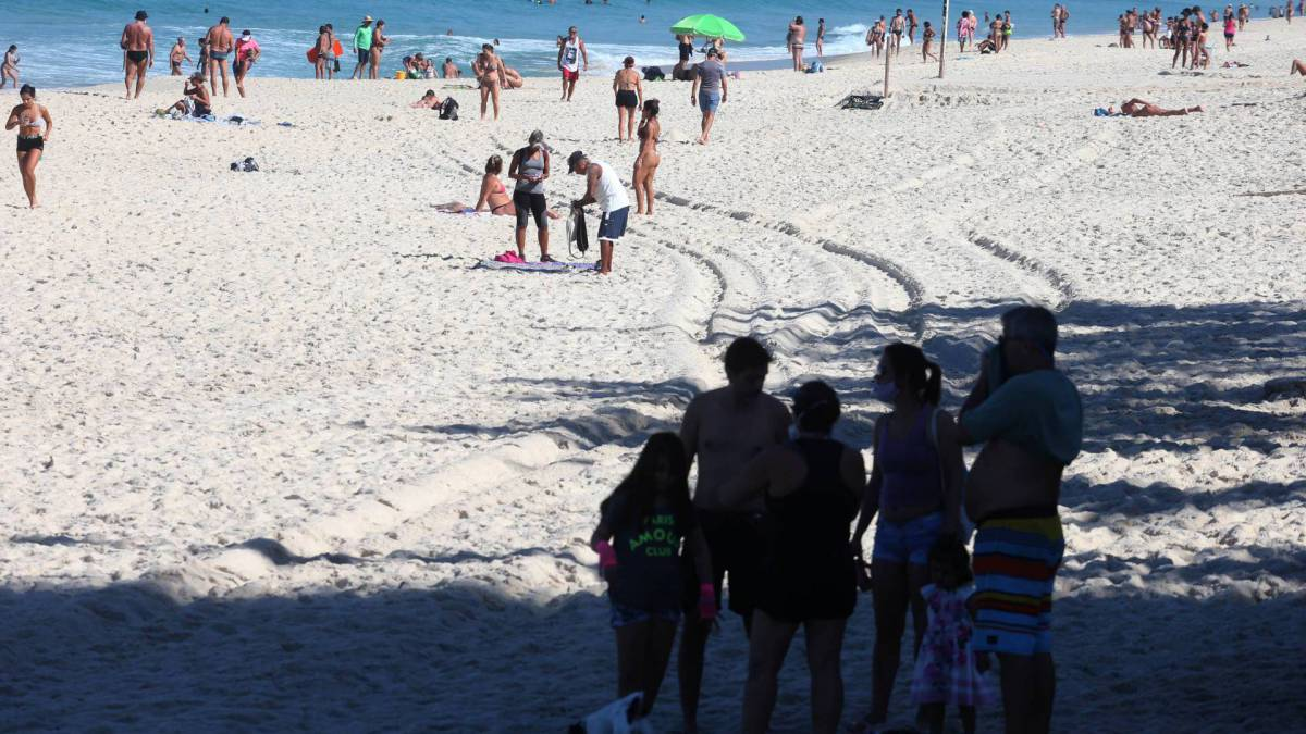 Praia da Barra lotada, em meio à pandemia, neste sábado