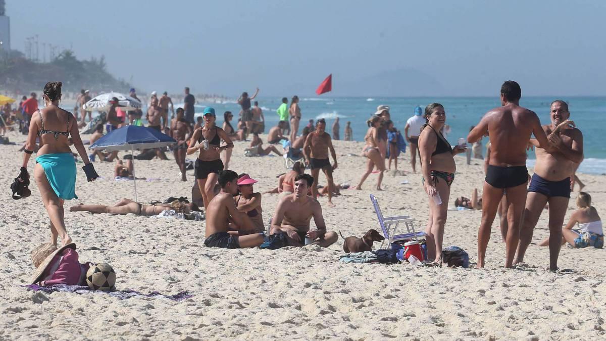 Aglomeração de pessoas na praia neste sábado