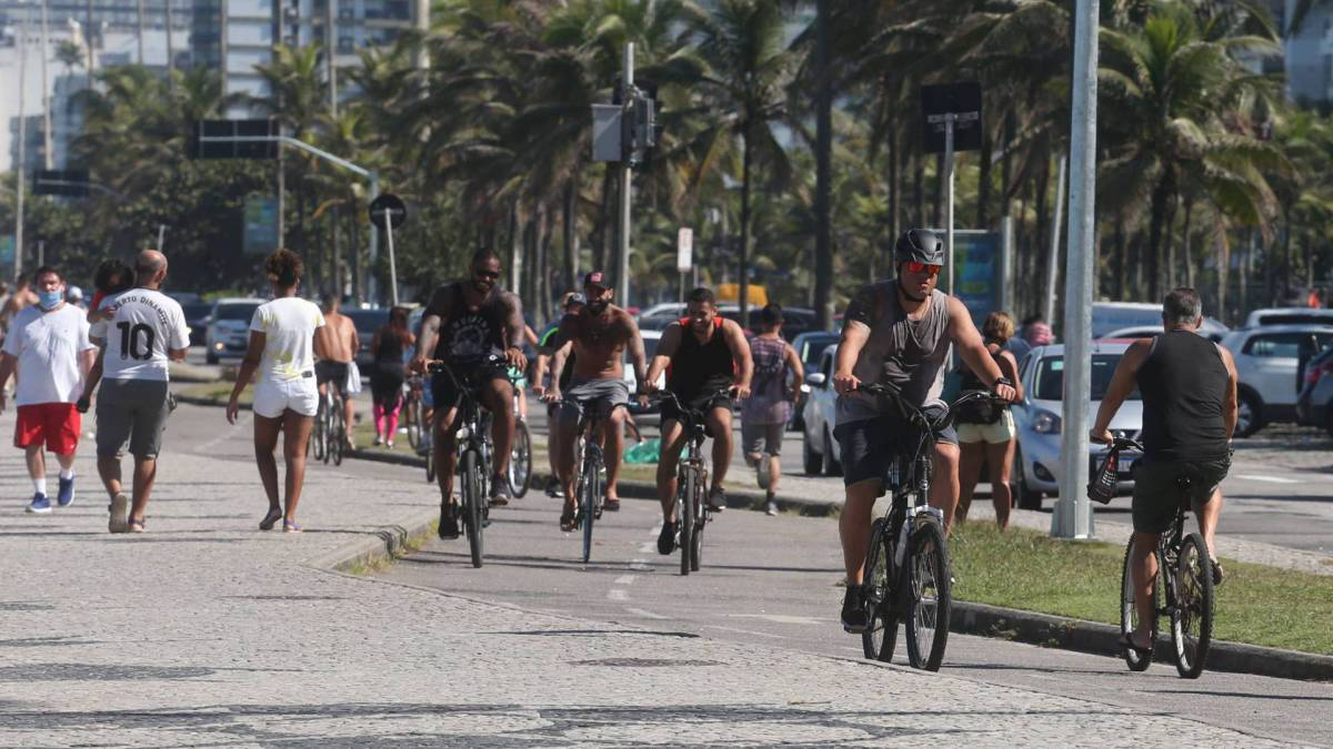 Rio,13/06/2020 -COVID-19 -CORONAVIRUS, BARRA DA TIJUCA, praia da Barra. Na foto,muitas pessoas no calcadao.Foto: Cleber Mendes/Agência O Dia