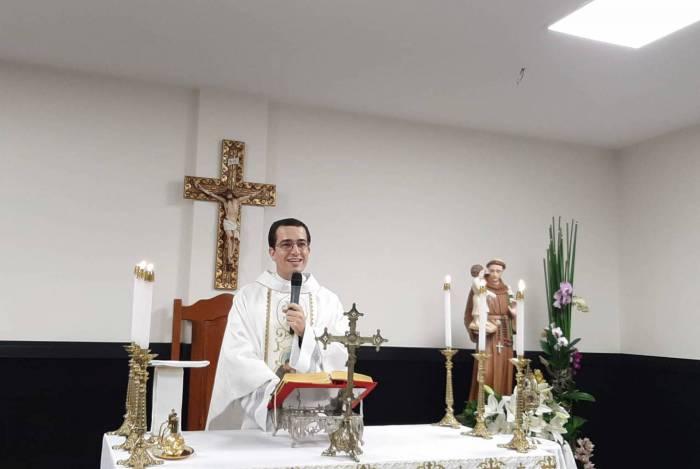A solenidade de Corpus Christi foi celebrada no auditório do Centro Pastoral pelo Padre Gleison Lima