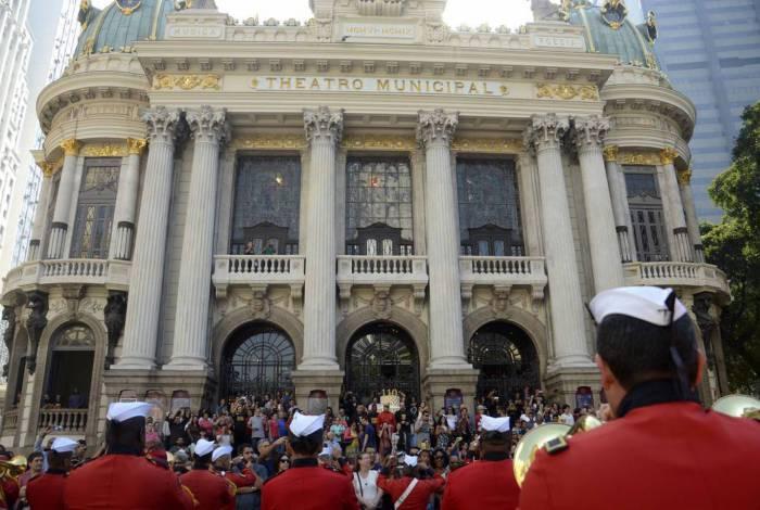 Theatro Municipal do Rio de Janeiro comemora 110 anos com apresentação da Banda dos Fuzileiros Navais e espetáculos gratruitos.