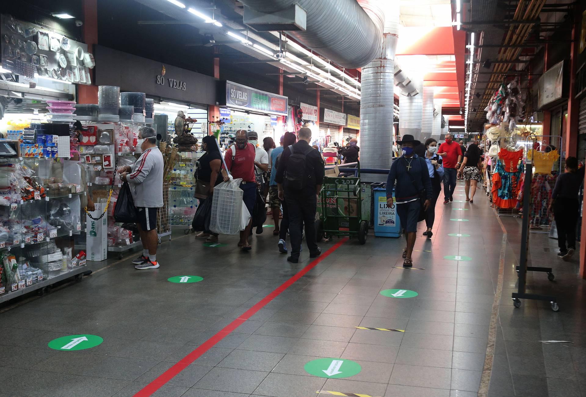 Clientes têm que usar máscara para circular pelos corredores e lojas
