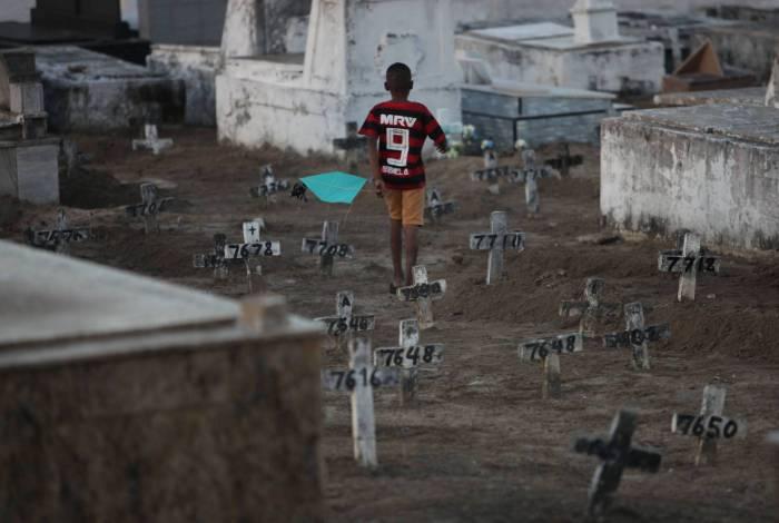Rio, 17/06/2020  - COVID 19 - CORONAVIRUS - Criancas soltando pipa e correm dentro do cemiterio do Murundu, entres as covas razas sem protecao contra o coronavirus. Realengo. zona oeste do Rio. coronavirusrio. Foto: Ricardo Cassiano/Agencia O Dia