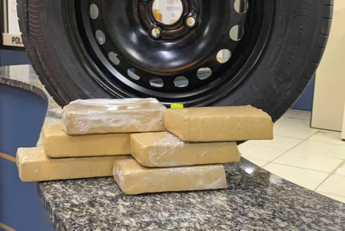 Droga estava escondida no porta-malas do veículo, embaixo do estepe