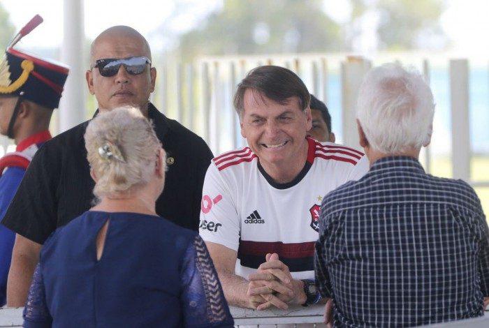 O presidente Jair Bolsonaro insiste em expor as pessoas e ele próprio ao risco de contágio do novo coronavírus ao se recusar a usar máscara em público