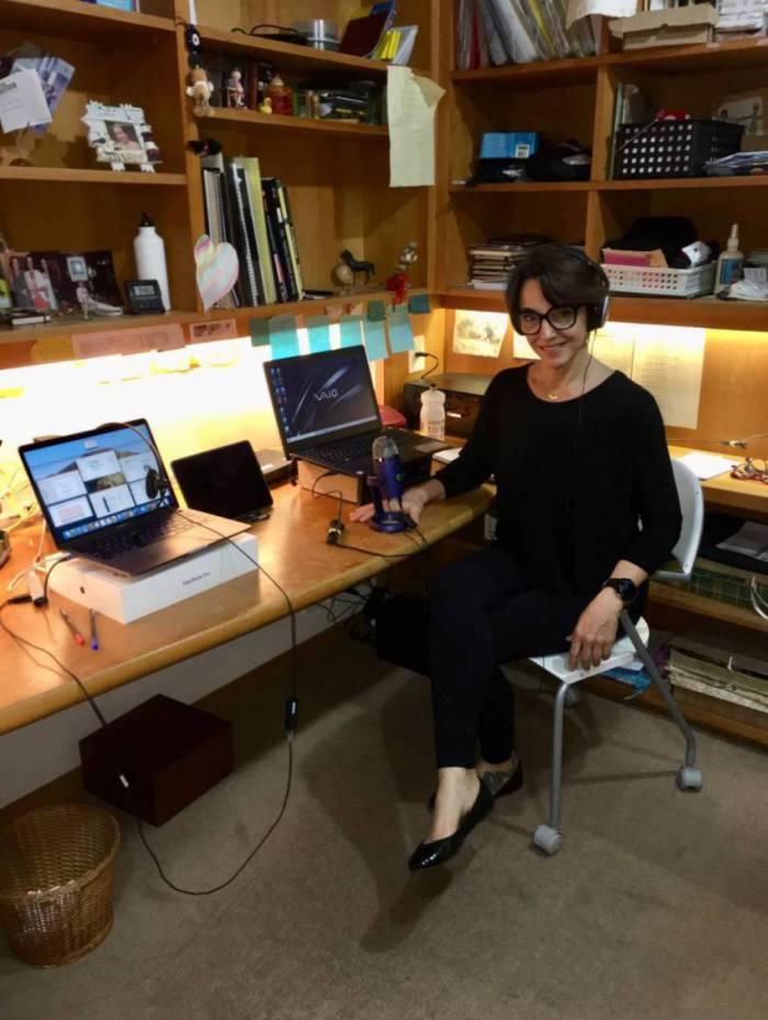 A intérprete Anna Viana faz traduções simultâneas a distância