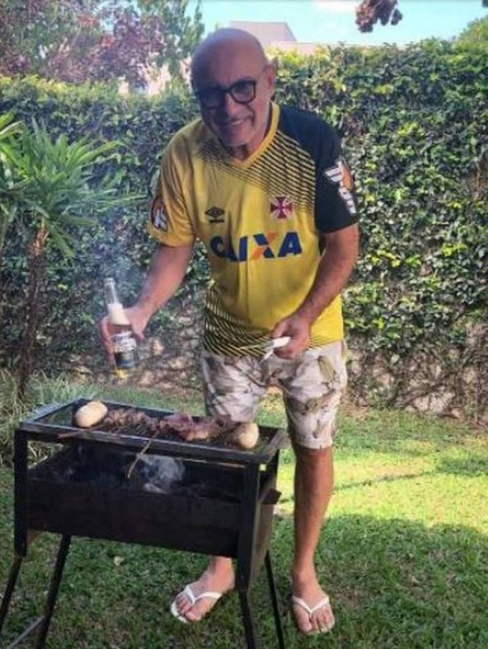 Uma das fotos que constam da denúncia do MP: Queiroz preparando churrasco e bebendo cerveja