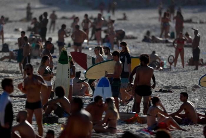 Rio de Janeiro - RJ  - 20/06/2020 - COVID 19 - Coronavirus no Rio - Primeiro dia de inverno na praia do Arpoador - Foto Gilvan de Souza / Agencia O Dia
