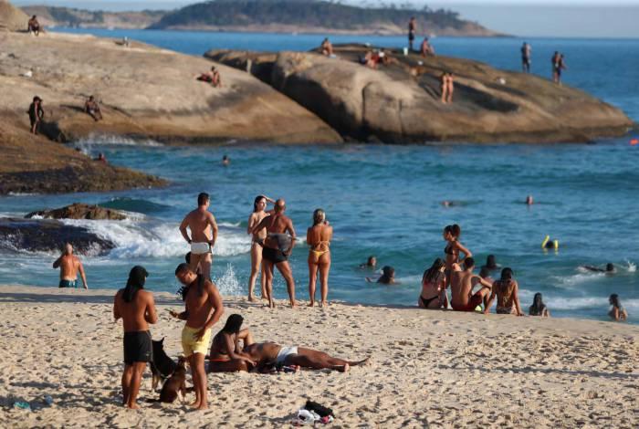 Banhistas ontem no Arpoador: governo não recomenda ir à praia