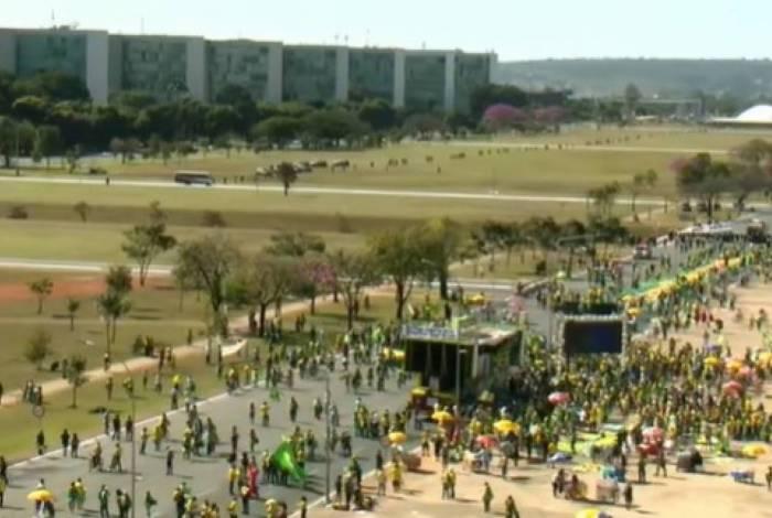 Manifestantes pró e contra Bolsonaro neste domingo na Esplanada dos Ministérios, em Brasília