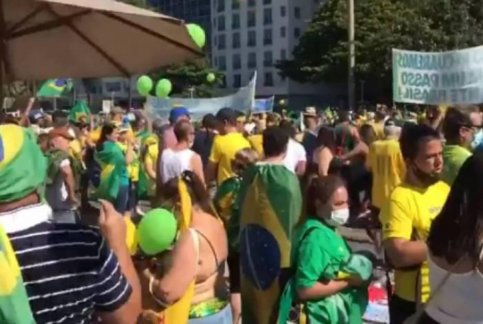 Manifestantes vão ao posto 5 da Praia de Copacabana e manifestam a favor do governo Bolsonaro