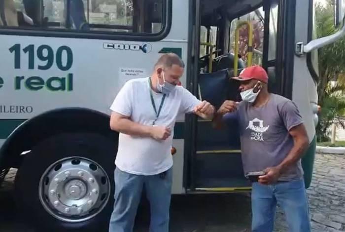 O manobrista contou que estava fechando os vidros do ônibus na garagem da empresa quando encontrou a carteira aberta em um dos assentos do ônibus