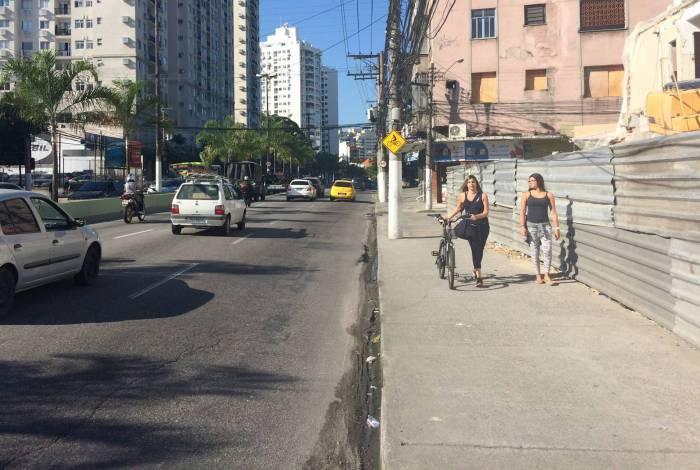 Antes das obras, que duraram 10 meses, ciclistas tinham que circular na calçada entre pedestres ou se arriscar no meio dos carros na pista