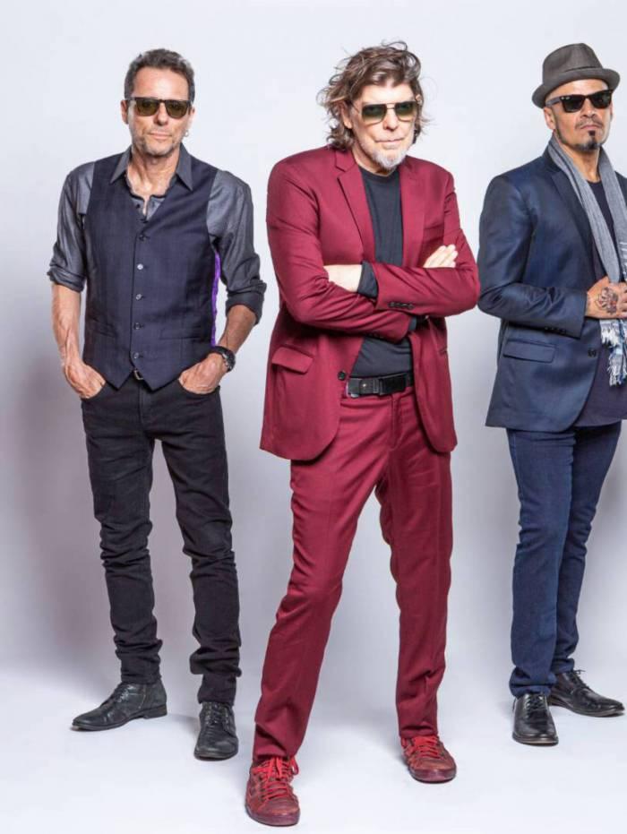 Titãs: Bellotto (E), Branco e Britto em versões desplugadas na primeira live