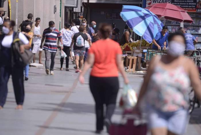População usa máscaras nas ruas do Rio de Janeiro