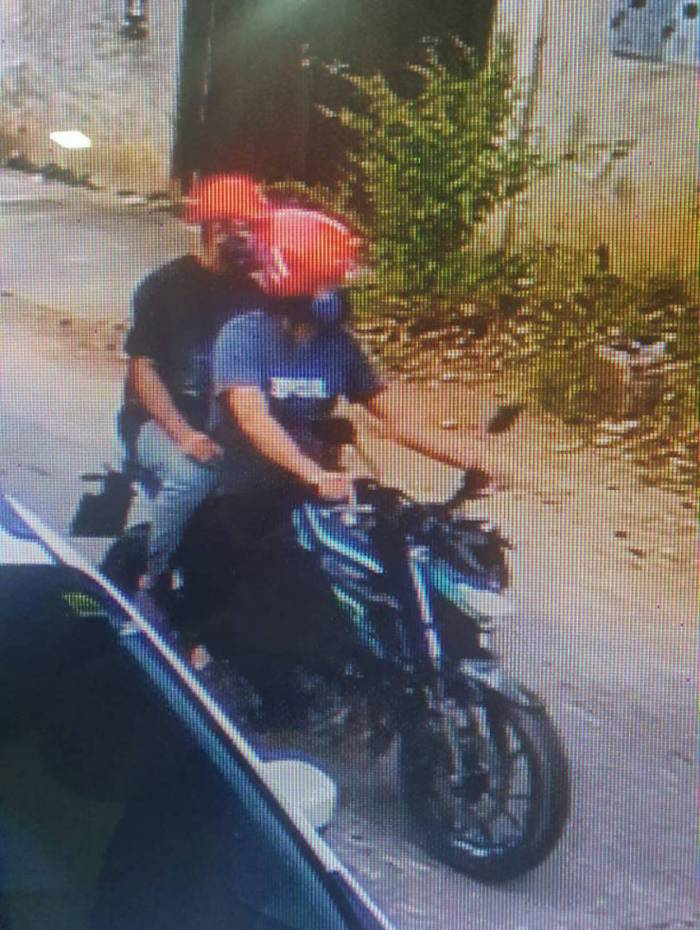 Assaltantes chegaram ao local de moto e abordaram uma funcionária para entrar na casa
