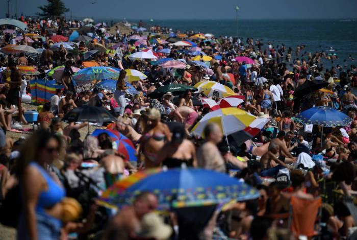 Banhistas enchem praia em Southend on Sea, sudeste da Inglaterra, em 24 de junho de 202