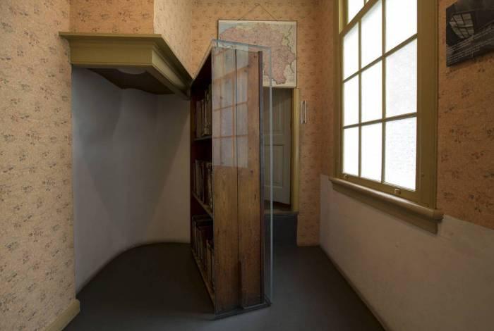 A história de Anne Frank é contada e vivenciada na casa onde ela e a família se esconderam, entre 1942 e 1944