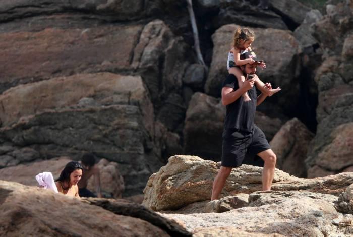 Bruno Gissoni na praia com a família