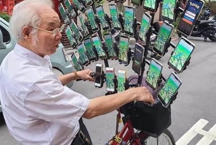 Chen San-yuan usa 64 celulares acoplados em sua bicicleta para jogar game