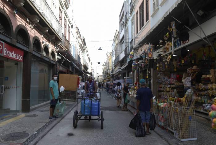Movimentação com o primeiro dia de reabertura do comércio no Rio. Na foto, SAARA, Centro do Rio