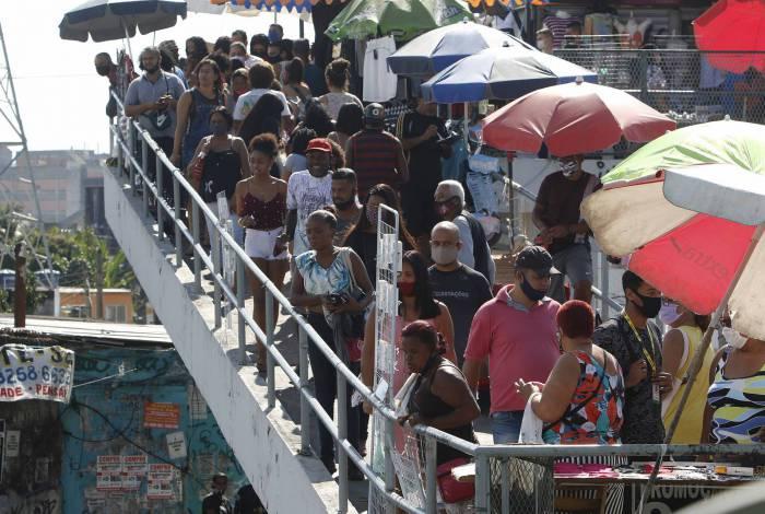 Rio de Janeiro - RJ  - 27/06/2020 - COVID 19 - Coronavirus no Rio - Movimentaçao com o primeiro dia de reabertura do comercio no Rio  - na foto, movimentaçao em Madureira, zona norte do Rio - Foto Reginaldo Pimenta / Agencia O Dia